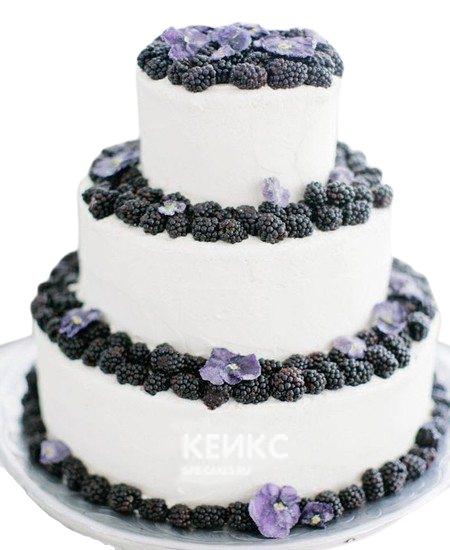 Белый свадебный торт с фруктами и ягодами ежевики