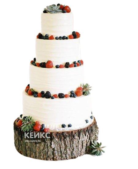 Высокий свадебный торт с фруктами украшенный лесными ягодами