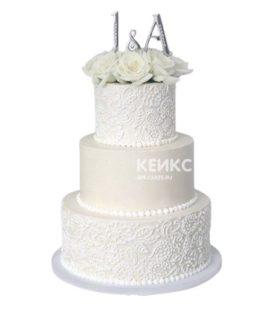 Белый свадебный торт с инициалами и кружевом