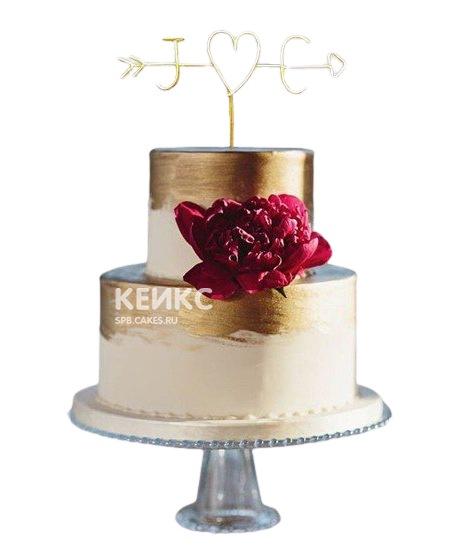 Свадебный торт золотого цвета с цветком и инициалами