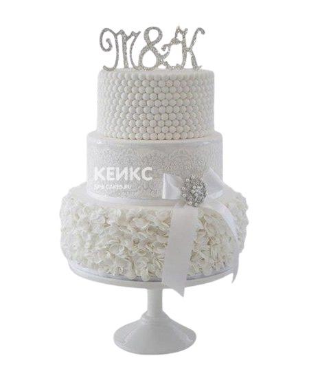 Свадебный торт белого цвета с инициалами