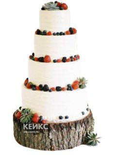 Высокий белый свадебный торт с клубникой