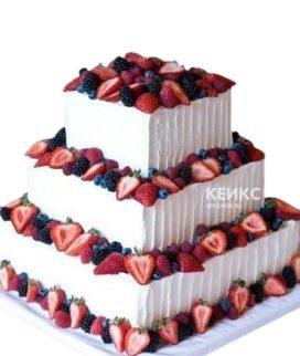 Свадебный торт с клубникой и ягодами