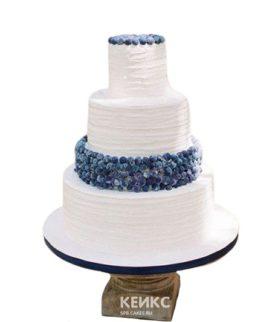 Трехъярусный свадебный торт белого цвета с ягодами