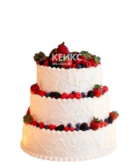Большой кружевной свадебный торт с клубникой и другими ягодами