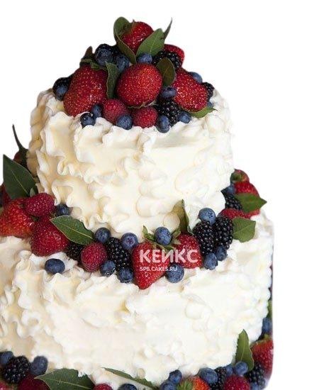 Свадебный торт белого цвета с клубникой