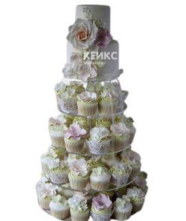 Свадебный торт с капкейками украшенный букетом цветов