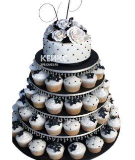 Красивый свадебный торт с цветами и капкейками