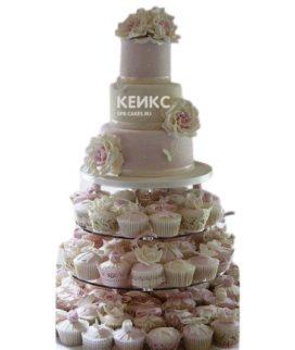 Бело-розовый свадебный торт с капкейками с розами и бантиками