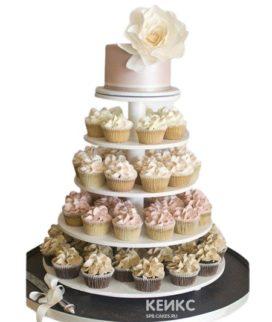 Свадебный торт с бежевыми и розовыми капкейками