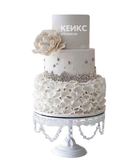 Белый свадебный торт с кружевами и серебристыми бусинами