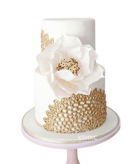 Бело-золотой свадебный торт с кружевами и большим цветком
