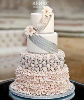 Розово-серый высокий свадебный торт с кружевами