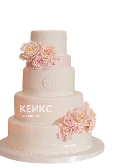 Нежно-розовый свадебный торт с кружевом и цветами