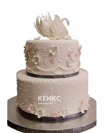 Белый свадебный торт с лебедями