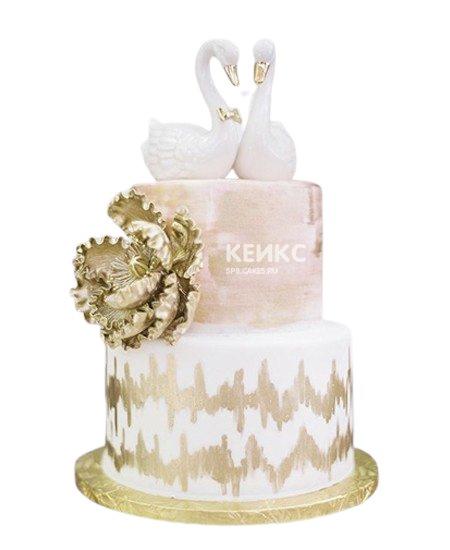 Свадебный торт бело-розового цвета с лебедями и бронзовым цветком