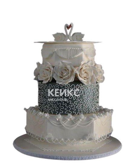 Свадебный торт черно-белого цвета с лебедями и цветами