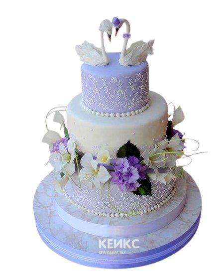 Двухъярусный сиреневый свадебный торт с лебедями