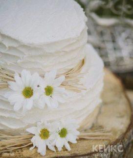 Свадебный торт с белыми ромашками
