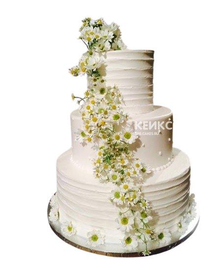 Трехъярусный свадебный торт с ромашками и бусинами