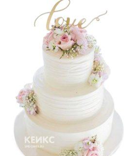 Свадебный торт с розами и надписью Love