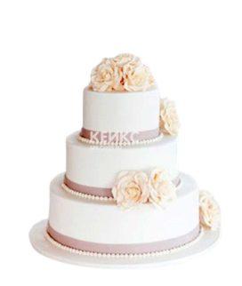 Трехъярусный свадебный торт с кремовыми розами