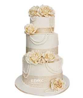 Свадебный торт с бусами и кремовыми розами
