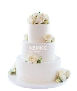 Белый свадебный торт с живыми цветами