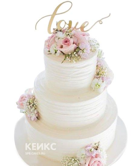 Свадебный торт украшенный нежно-розовыми живыми цветами и надписью