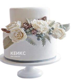 Двухъярусный белый свадебный торт с живыми цветами