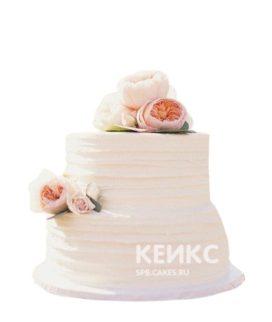 Двухъярусный свадебный торт с рюшами и живыми нежно-розовыми цветами