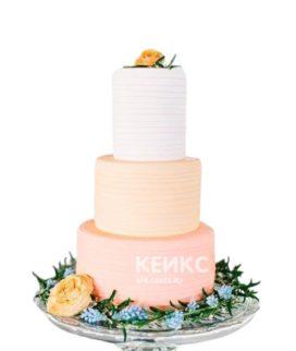Разноцветный трехъярусный свадебный торт с живыми цветами