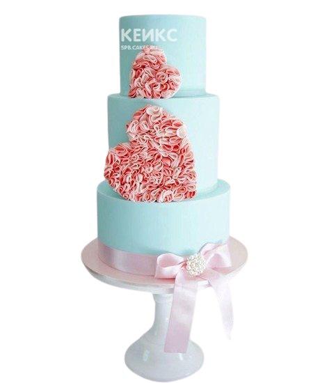 Трехъярусный голубой свадебный торт с сердцами и бантом