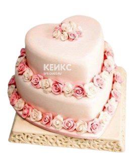 Розовый двухъярусный свадебный торт в форме сердца с цветами