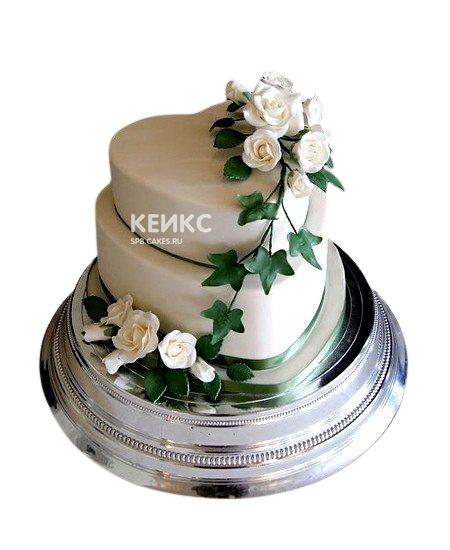 Двухъярусный свадебный торт в форме сердца с белыми розами