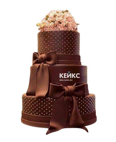 Шоколадный свадебный торт с цветами и бантами