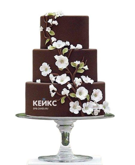 Трехъярусный шоколадный свадебный торт с цветами
