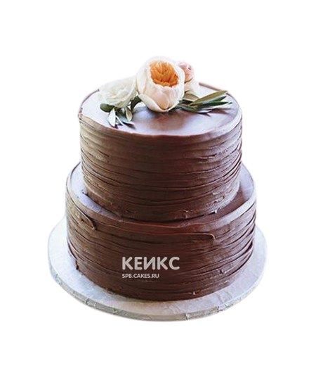 Двухъярусный свадебный шоколадный торт с живыми цветами