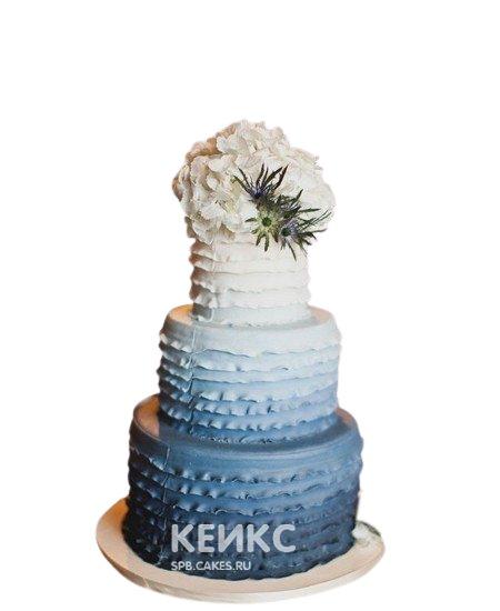 Свадебный синий торт с эффектом омбре и живыми цветами