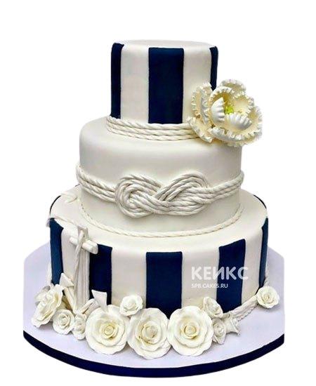 Бело-синий свадебный торт с цветами и узлом
