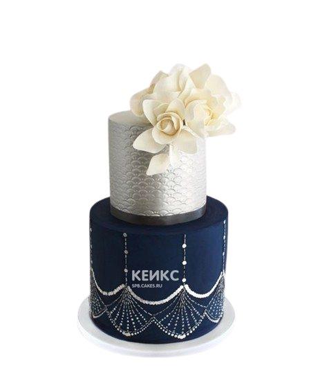 Свадебный торт бело-синего цвета с белыми цветами