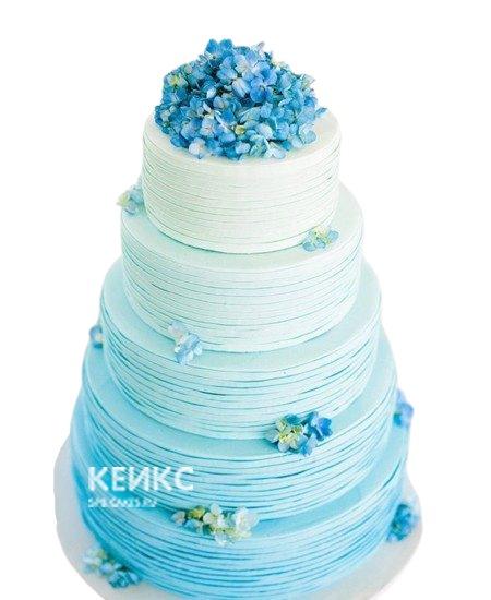 Свадебный торт бело-голубой с маленькими цветами