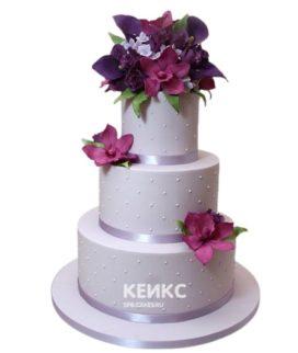 Сиреневый свадебный торт с фиолетовыми цветами
