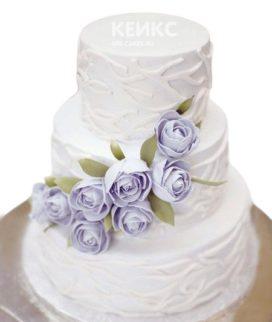 Сиреневый свадебный торт с узорами и цветами