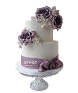 Сиреневый свадебный торт с цветами и бантиком