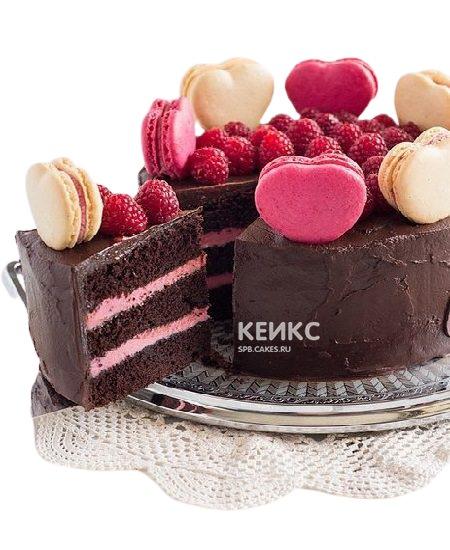 Шоколадный торт со свежей малиной и макарунами для девушки
