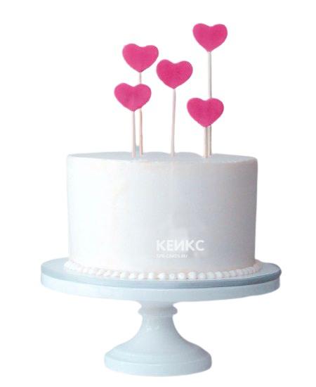 Белый торт с розовыми сердцами для девушки