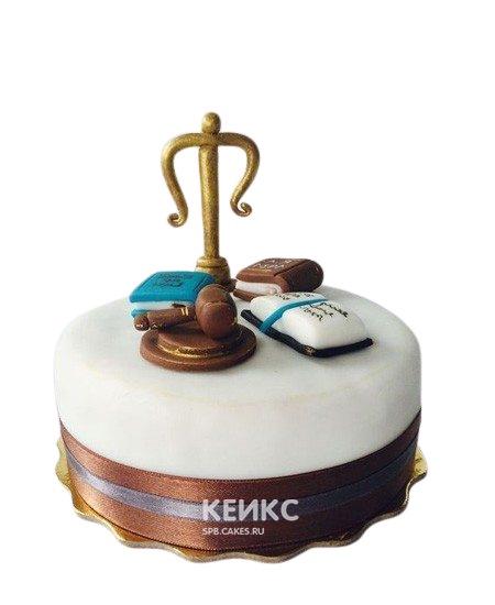 Торт для юриста бело-коричневый с фигурками