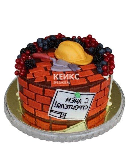 Торт для строителя из мастики, украшенный ягодами