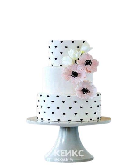 Трехъярусный торт в горошек с цветами для дочки